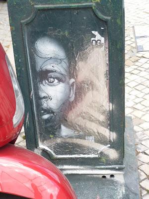 Stencil hinterm Roller an einem Abfallkübel - Lissabon