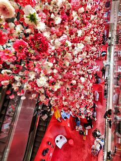 Pluie de fleurs roses dans la Trémie du Printemps