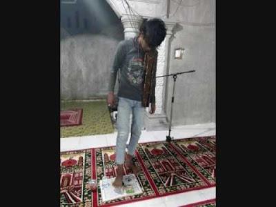 Pria Ini Unggah Foto Injak Al qur'an di Dalam Masjid, Astagfirullah !!!