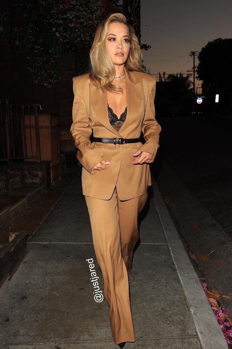 Look da Rita Ora com terninho feminino
