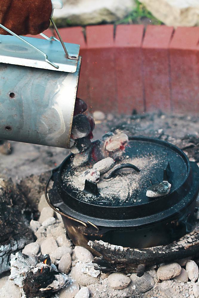 Jetzt kommen glühende Kohlen auf den Deckel des Dutch Ovens, so dass die walisische Lammkeule in der Glut garen kann!  | Arthurs Tochter kocht von Astrid Paul, der Blog für food, wine, travel & love