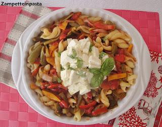 Pasta con peperonata e feta al basilico
