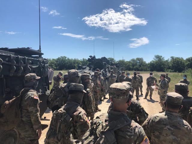 Se siguen realizando búsquedas para la soldado desaparecida Soldado Primera Clase Vanessa Guillén. Soldados del Escuadrón Trueno, 3er Regimiento de Calvario, reciben un breve informe antes de salir a buscar recientemente en el área de entrenamiento en Fort Hood, Tejas. (Foto cortesía del Ejército de EE.UU.)