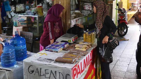 Penjual Galendo dan Minyak Keletik di Pasar Manis Ciamis (Sumber PR)