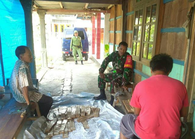 Kodim Sragen - Babinsa Desa Bandung Komunikasi Sosial Bersama Pengrajin Krupuk