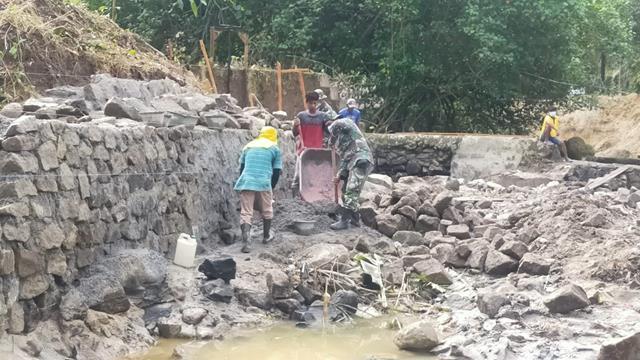 Satgas Pra TMMD Kodim 0207/Simalungun Bersama Maysarakat Tetap Semangat Walau Cuaca Mendung