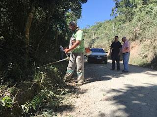 Equipe da Secretaria de Agricultura faz roçada em trecho da Estrada do Holliday