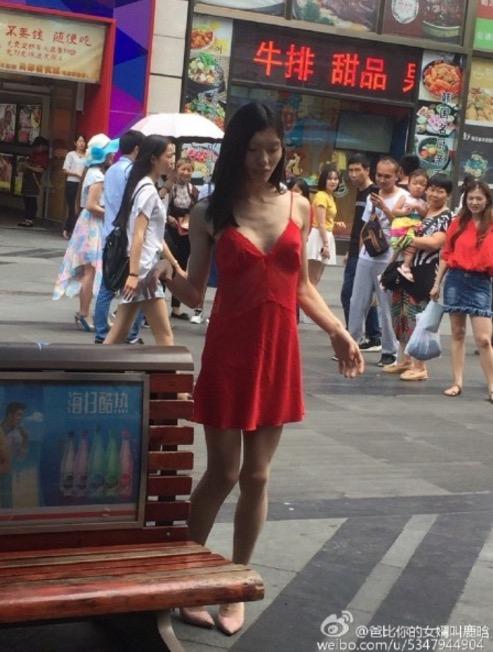 Kenapa Ramai Nak Belasah Wanita Baju Merah Ini?