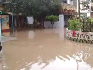 बारिश से ढाका अनुमंडलीय अस्पताल परिसर में भरा पानी