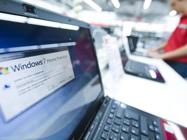 Teknoloji mağazasında satışa sunulan Windows 7 Home Premium yüklü bilgisayarlar...