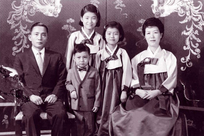 30 Pictures Of World Leaders In Their Youth That Will Leave You Speechless - Ms Park Geun Hye Pictured With Her Parents And Her Two Younger Siblings - Sister Geun Ryong And Brother Ji Man