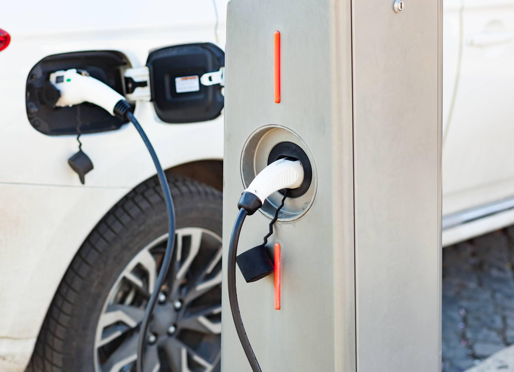 من خلال تطبيق تعرفة موحدة يتم تعزيز حوكمة شحن المركبات cars الكهربائية في أبوظبي لتحقيق طموحاتها المناخية