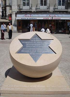 """""""Homenagem aos Judeus - Massacre de Lisboa de 1506"""" por SergioPT - Obra do próprio. Licenciado sob GFDL, via Wikimedia Commons - https://commons.wikimedia.org/wiki/File:Homenagem_aos_Judeus_-_Massacre_de_Lisboa_de_1506.jpg#/media/File:Homenagem_aos_Judeus_-_Massacre_de_Lisboa_de_1506.jpg"""