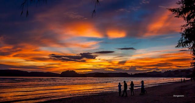 หลังบ่าย 3 โมงเป็นต้นไป เป็นช่วงที่น้ำเริ่มลดจนเห็นหาดทรายเป็นบริเวณกว้าง สามารถลงไเดินเล่นเก็บเปลือกหอย รอชมอาทิตย์ตกที่สวยงามมากที่สุดแห่งนึง