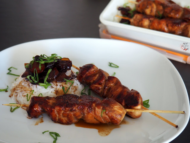 Brochetas de pollo a la plancha marinadas con salsa teriyaki, un básico de la cocina japonesa