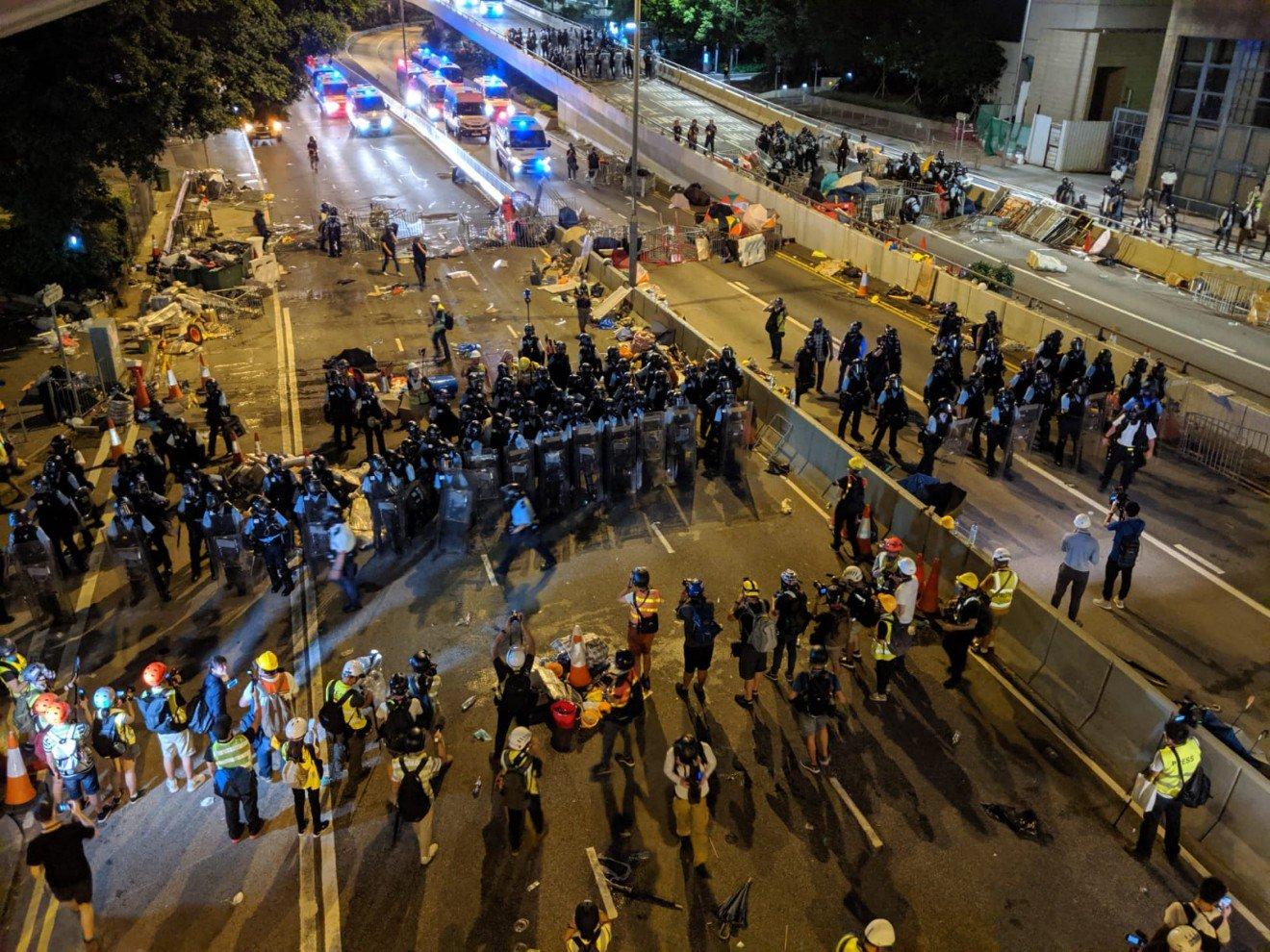 Bubarkan Pengunjuk Rasa radikal,Polisi Anti Huru-Hara Tembakkan Gas Airmata