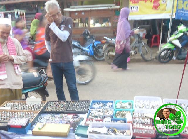 Harga Batu Akik Terjun Bebas, Dibeli Rp 5 Juta, Dijual Rp 50.000. Foto jpretan di pasar malam Desa Bendungan, Pagaden Barat, Subang.