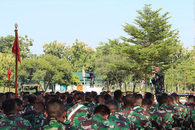 Di Mojolaban, Danyonif Mekanis Raider 413 Kostrad Berikan Jam Komandan Bulan Ramadhan