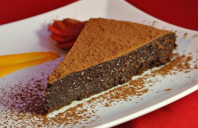 Bolo de chocolate tão fofinho que ao comer ficamos com dúvidas se é bolo ou mousse