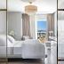 Quarto com closet com cores claras e metais dourados + cabeceira com mármore e penteadeira!