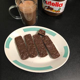 Barres de céréales au Nutella sans cuisson accompagnées d'un moka