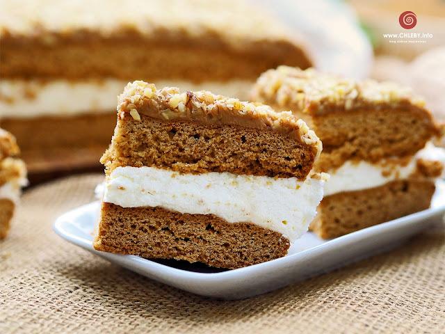 Miodowe ciasto toffi z kremem śmietanowym i orzechową posypką
