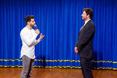 Lucas e o apresentador (Crédito: Gabriel Cardoso/SBT)