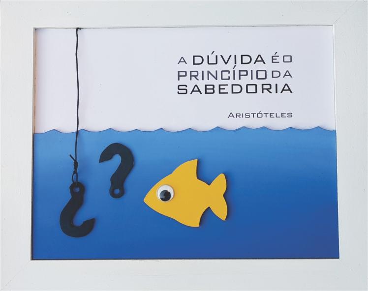 quadro em madeira, colorido,  com peixe e frase famosa de Aristoteles