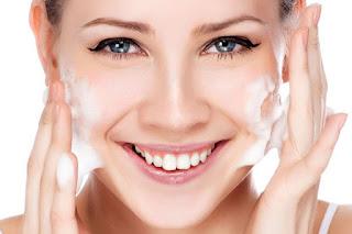 rửa mặt là một bước để chăm sóc da đúng cách