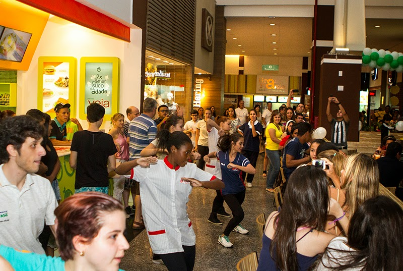 cc142adb656 Flash mob surpreende clientes no Shopping Prado Boulevard