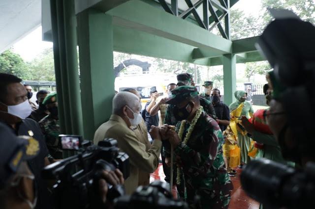 Surya dan Sri Marantika Beruh Sambut Kedatangan Hasanuddin ke Kodim Asahan.lelemuku.com.jpg