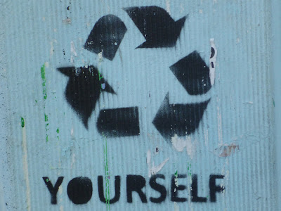 "Erneuere dich selbst: Recyclingsymbol mit ""YOURSELF"" als Untertitel"
