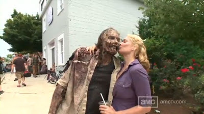 Andrea (Laurie Holden) saluta il suo amico zombificato Greg Nicotero sul set dell'episodio 3x09 di The Walking Dead