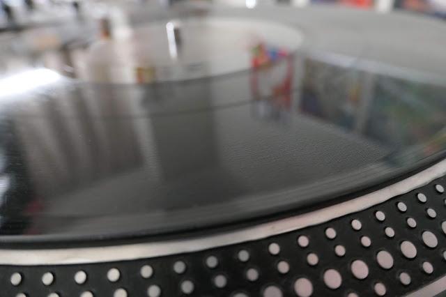アナログレコード盤面をクリーニングした後の状態です。