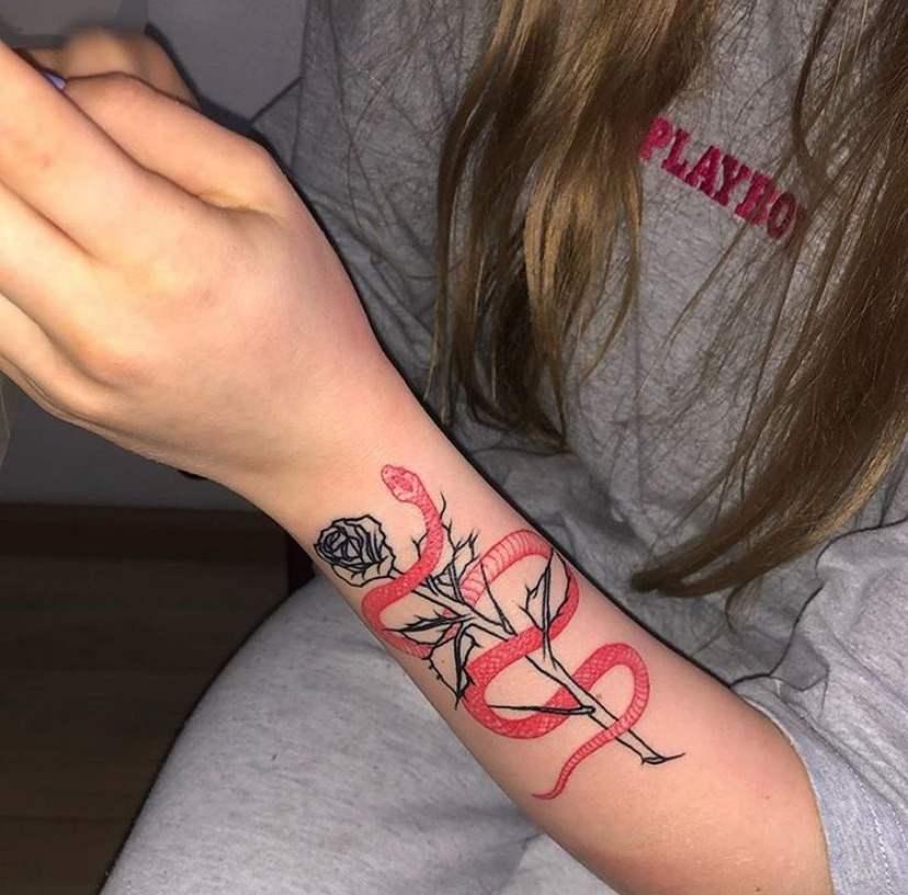 Imagen de tatuaje sencillo y elegante para mujer