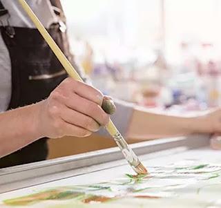PERCHE' SEGUIRE UN CORSO ARTISTICO blog artistah24 pittrice con pennello e colore