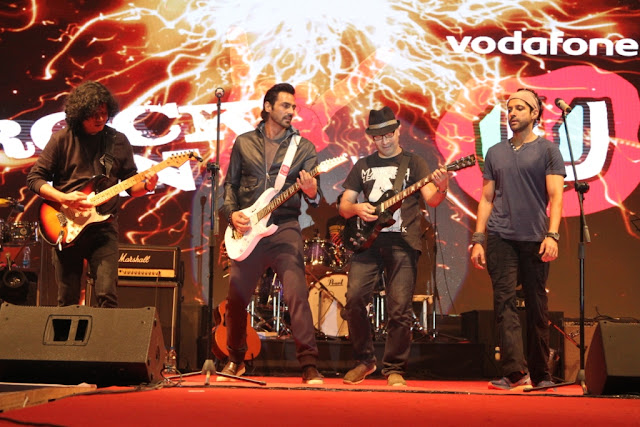 Photo Cap. Arjun Rampal and Farhan Akhtar performing in Vodafone U Rock On 2  Concert at Ramjas College (3)