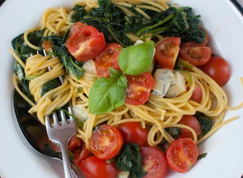 Spaghetti ze szpinakiem, pomidorkami i serem pleśniowym