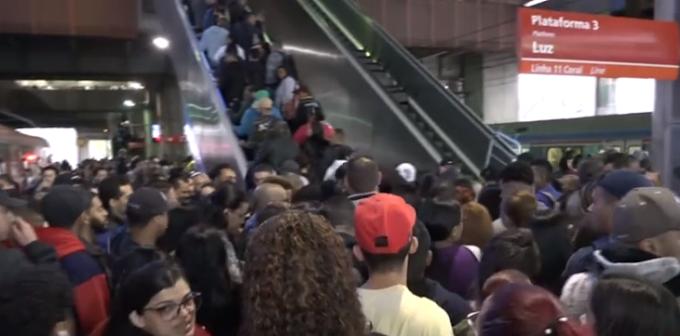 DESCASO: Passageiros da Linha 11-Coral da CPTM sofrem com escada rolante quebrada na estação Brás