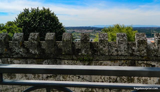 Resto da muralha do Castelo de Seia, na Serra da Estrela, Portugal