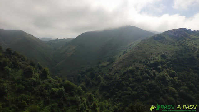 Vista hacia los lagos de Covadonga, desde las inmediaciones de Demués
