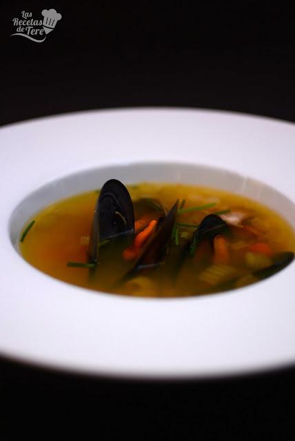 Sopa-de-ajo-vegetales-y-mejillones-06