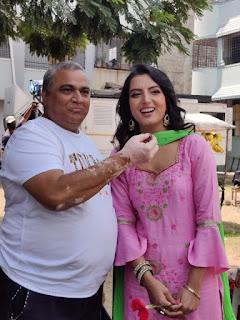 नासीर जमाल की फिल्म के सेट पर सोनालिका प्रसाद ने अरविंद अकेला कल्लू के साथ सेलिब्रेट किया बर्थडे | #NayaSaberaNetwork