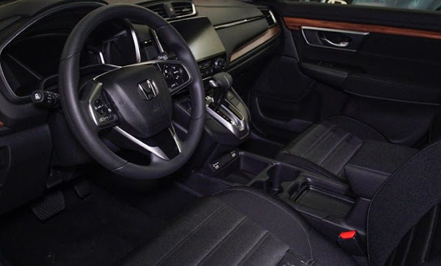 Honda CR-V 2020 steering wheel and front seats