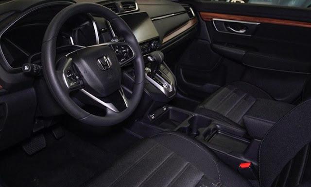 Honda CR-V 2020 steering wheel and front seats
