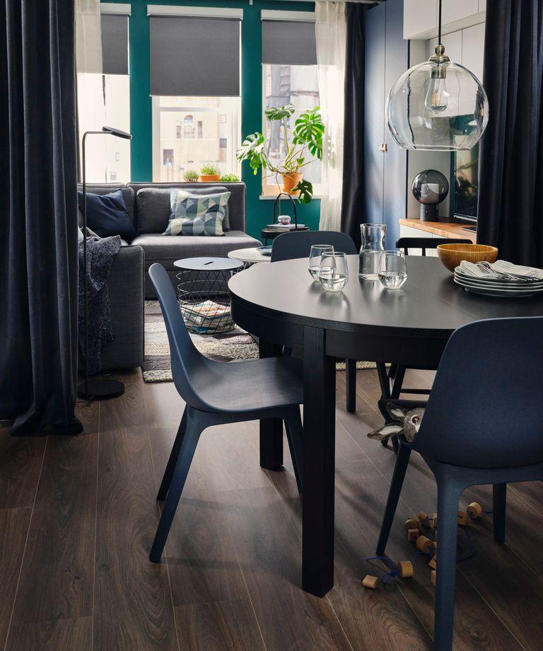 Novedades catálogo Ikea 2020 salón The Lab Home Estados Unidos USA comedor mesa madera oscura y silla