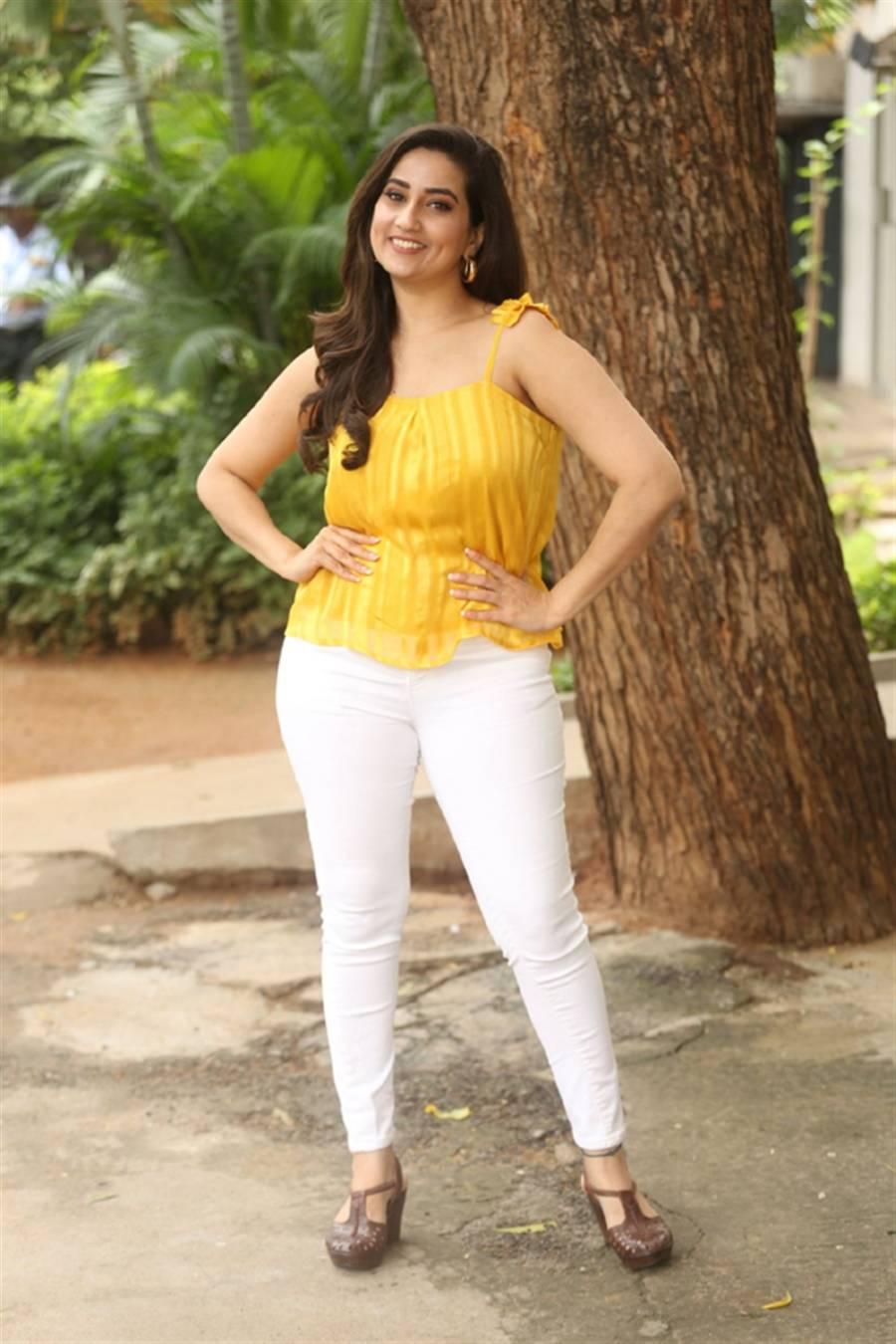 TV Anchor Manjusha at Beach Road Chetan Movie Teaser Launch