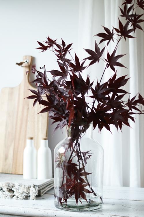 japanischer Ahorn in der Glasvase mit Deko im Hintergrund { by it's me! }