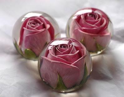 كرات شفافة داخلها زهور وردية مصنوعة من ريزن البوليستر الشفاف