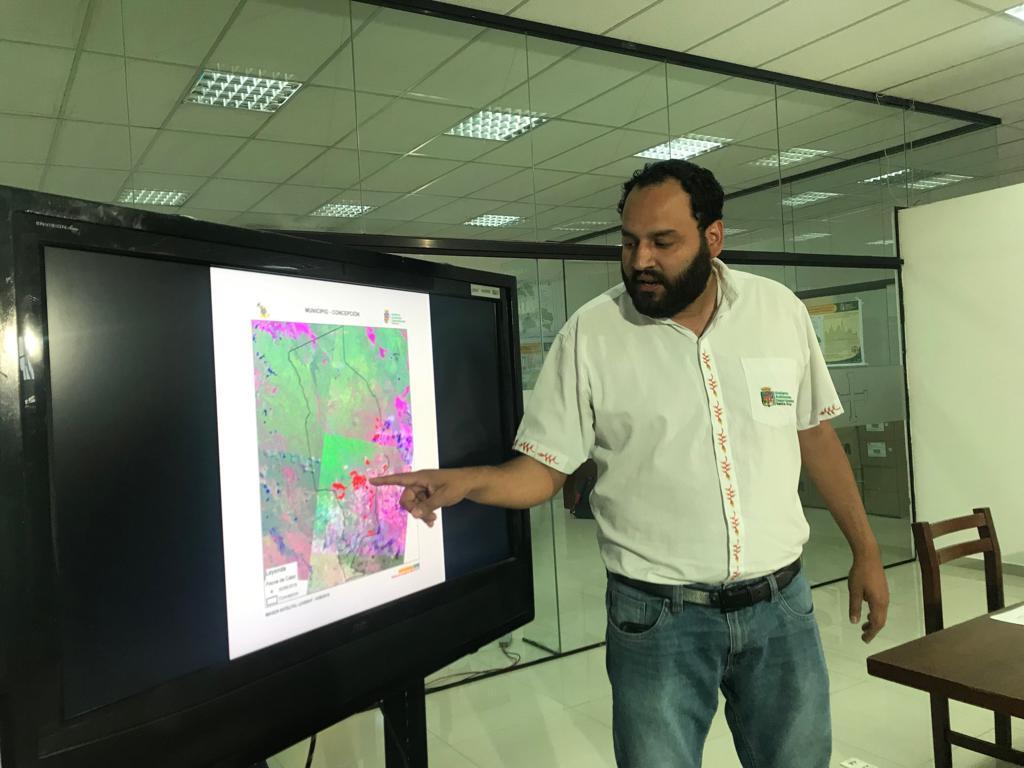 Soliz señalando focos de calor coincidentes con asentamientos de colonos / GADSCZ